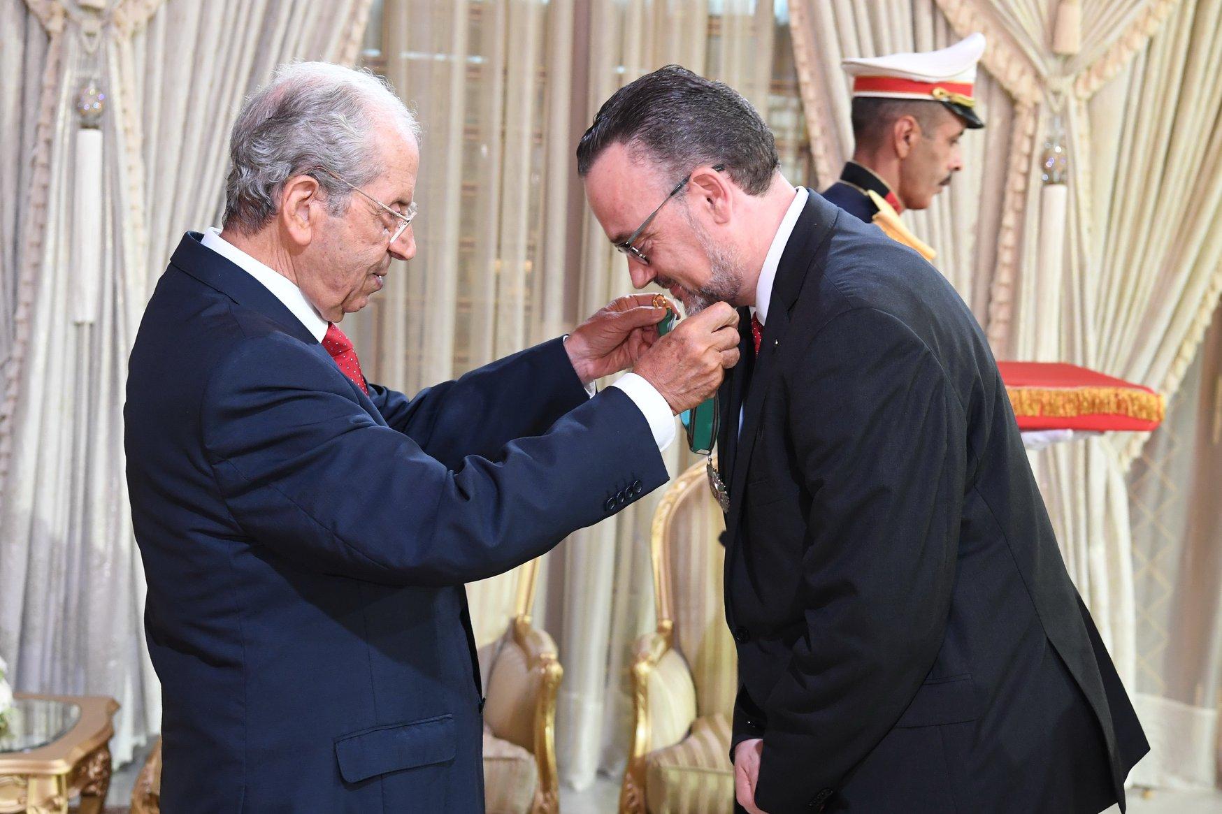 الناصر يمنح الصنف الثاني من وسام الجمهورية لرئيس مكتب البنك الأوروبي للاستثمار بتونس